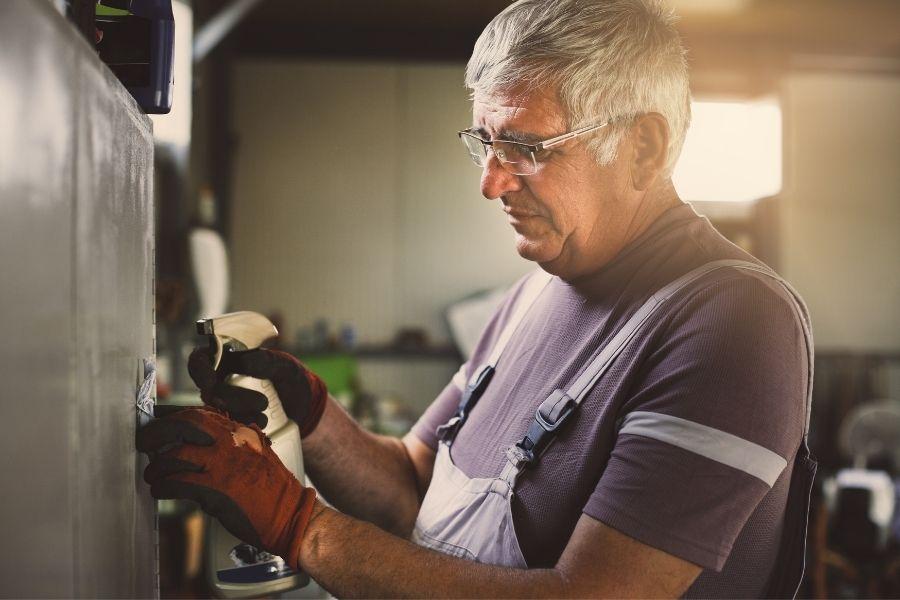 Te explicamos el proceso de limpieza del taller mecánico